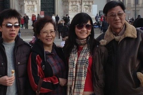 Chinese-family-visiting-Milan-Piazza-Duomo